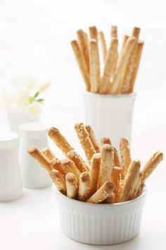 Bhabis Kitchen brings a unique Italian bread to lift the taste of your salad or soup. These crunchy, long and thin sesame breadsticks dates back to century and are still loved by people around… Dry Bread, Bread Baking, Cooking For A Crowd, Yummy Food, Yummy Recipes, Rolls, Food And Drink, Cooking Recipes, Stuffed Peppers