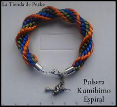 Pulsera Kumihimo espiral con broche de brujita. www.latiendadepezke.blogspot.com.es