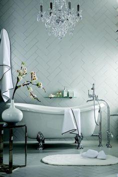 carrelage blanc brillant, carrelage diagonal mural et baignoire sabot, lustre pampilles