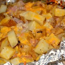 Grilled Cheesy Garlic Potatoes - The Cookin Chicks Potatoes In Oven, Cubed Potatoes, Cheesy Potatoes, Potato Dishes, Potato Recipes, Vegetable Recipes, Foil Dinners, Cata, Baked Chicken