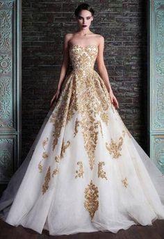 Vestido de noiva branco com detalhes dourados.  Pasta: Casamento ∞ Por: BlueARMY Curtiu, e quer ver mais fotos como essa? É só me seguir! ♡