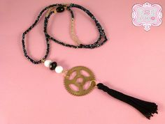 Collana con perline, ruota orologio e nappina nera di Esse e Tempo su DaWanda.com