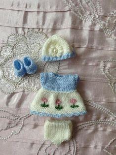 Handgestrickte Puppen Outfit zu eine 5 Berenguer Itty Bitty Baby Puppe/Cupcake-Puppe passen. In babygarn gestrickt und bestehend aus einem Kleid, Hut, Hose und Schuhe. Der Rock des Kleides ist in Elfenbein, mit drei kleinen gestrickt in Blumen auf der Vorderseite in rosa gestrickt.