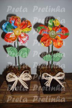 Vasinho de madeira com flor em tecido de chita e botão. Pode ser confeccionado em tamanhos diferentes e com estampas da preferência. R$15,00