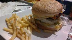 Hamburguesas buenísimas e increibles al lado de Madrid Hamburger, Madrid, Chicken, Ethnic Recipes, Food, Hamburgers, Ethnic Food, Restaurants, Hoods