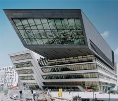 Library And Learning Centre (Wien, Austria) By Zaha Hadid Architects Zaha Hadid Architektur, Arquitectos Zaha Hadid, Unique Buildings, Amazing Buildings, Futuristic Architecture, Amazing Architecture, Famous Architects, Facade Design, Learning Centers