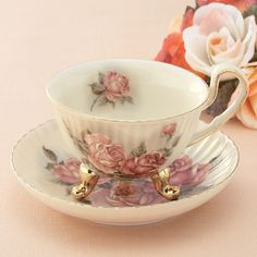 ■アンティーク風のアイボリー色の生地に、金彩で縁取った薔薇柄をモチーフにした、とてもおしゃれなティーカップと受皿のセットです。■アンティーク調の猫足と美しいラインがポイント。ソーサーは小皿としても使えます。■カップ:径10×H6.5cm ソーサー:径14×H3cm  ■磁器 ■日本製 ばら雑貨〔関連ワード〕ばら雑貨,薔薇雑貨,キッチン小物,ティーカップ,コーヒーカップ,カップ&ソーサー,薔薇食器,薔薇ティーカップ,薔薇キッチン小物,陶器,おしゃれ,