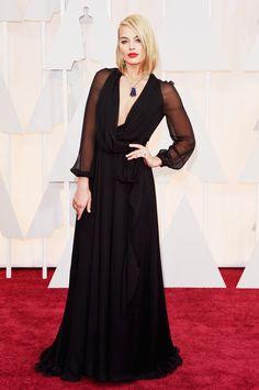 Oscar 2015: uma volta pelo red carpet da premiação do cinema - Vogue | Red carpet.  Margot Robbie usando Saint Laurent e colar Van Cleef & Arpels