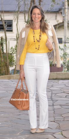 Look do dia - moda corporativa - look de trabalho - work outfit - winter - fall - calça branca - White pants - yellow - bolsa caramelo - frio - inverno winter - fall