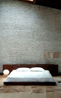 wood slab bed and exposed brick wall equal all I want in life Deco Zen, White Wash Brick, Brown Brick, Grey Brick, Brown Rug, Wood Slab, Walnut Slab, Exposed Brick, Design Case