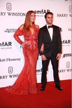 Ivete Sangalo arrasa com vestido vermelho da Givenchy no amfAR