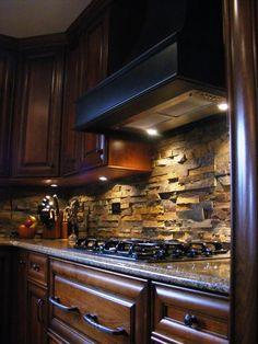 Fliser på kjøkkenet Stone backsplash ads texture and depth in an otherwise flat kitchen area. Great detail.