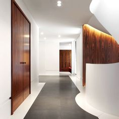 Residentieel interieurproject Groep Kordekor #interior #wood #white #stretchceiling #fineer #hallway #stairs