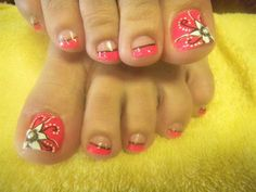Adorable pink flower inspired French tip toenail art. Use a salmon pink polish for the base color on the big toenail and as the tip color for the rest of the smaller toenails. You can use a thin gold layer as the lining and create an elegant looking white flower design on top of the big toenail.