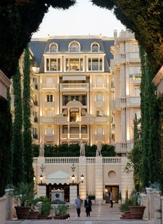 Photo Gallery for Hotel Metropole Monte-Carlo in Monaco Restaurant Design, Hotel Restaurant, Monte Carlo Monaco, Luxury Hotel Design, Luxury Hotels, Belle France, Great Vacation Spots, Hotel Architecture, Vintage Architecture