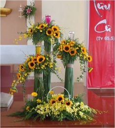 Selecting The Flower Arrangement For Church Weddings – Bridezilla Flowers Creative Flower Arrangements, Sunflower Arrangements, Church Flower Arrangements, Floral Arrangements, Altar Flowers, Church Flowers, Funeral Flowers, Decoration Entree, Altar Decorations