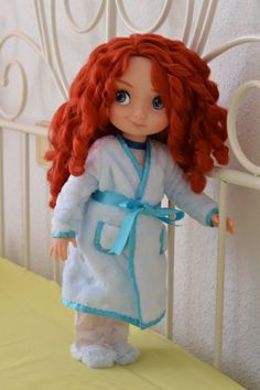This cute set has been specially made for Disney Animator dolls, but it fits in other 16 inch dolls. It has two pokets and a satin belt