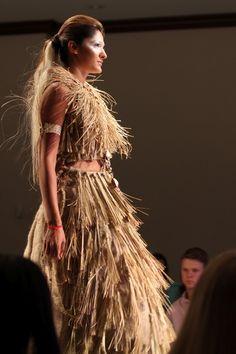 Sposób na to, żeby modelki na wybiegach wyglądały naturalniej -  kreacje z roślin ;) Obejrzyjcie je na naszym blogu i napiszcie jak się Wam podobają. #eko #fashion #moda