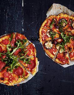 Kukkakaalista tehty pizzapohja on kevyt vaihtoehto pizzan himoon.