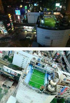 Teren de fotbal pe acoperiș în Japonia.