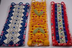 Armband i kläde, dekorerad med band och pärlor och fållad med mönstat kattun.