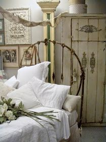 Remarkable Tips For An Incredible Shabby Chic Christmas Improving your home can be done for a number of reasons. Estilo Shabby Chic, Simply Shabby Chic, Shabby Chic Style, Shabby Chic Decor, Vintage Decor, Cottage Chic, Shabby Cottage, Cottage Style, French Cottage