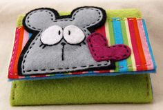 shy mouse Felt by Sheila Lopes Felt Diy, Felt Crafts, Fabric Crafts, Felt Case, Felt Quiet Books, Barrettes, Felt Patterns, Felt Applique, Felt Fabric