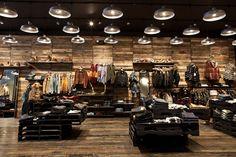 Atrium:  Cuenta con excelente selección de ropa, zapatos y complementos con un diseño funk de marcas como Diesel, G Star y True Religión.