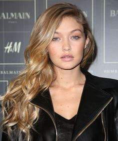 Slicked-back hair is THE style of the season, here's the quirky product Gigi Hadid uses to achieve the look Gigi Hadid Hair And Makeup, Looks Teen, Beauty Tips For Girls, Medium Hair Styles, Long Hair Styles, Warm Blonde, Slicked Back Hair, Hairstyle Look, Natural Makeup