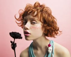 2016 Area Stylist of the year 北海道・東北エリア賞 black rose ginger hair red cute curly curl curls Fotografie Portraits, Fotografie Hacks, Pretty People, Beautiful People, 3 4 Face, Photographie Portrait Inspiration, Poses References, Grunge Hair, Redheads