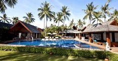 La villa est située sur la côte ouest sauvage de Koh Samui, et possède 30 mètres de la plage principale avec des vues  sur les célèbres Cinq îles magnifiques et les couchers de soleil.
