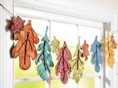 herbst basteln kindern fensterdeko girlande papier blätter gefärbt