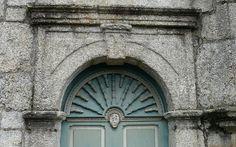 Saint-Servais - Détail d'une porte de l'ossuaire