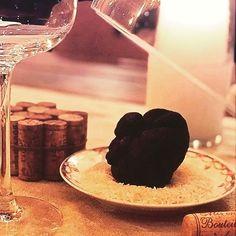 Des ce soir au Papillon ... Venez tester notre Diamant Noir ! De son petit nom - Tuber Melanosporum -, cette pépite vous réserve un véritable concentré de saveurs subtiles & boisées ! Parfait avec un de nos opulent Meursault blanc, qui apportera de la sève & du volume à ce champignon d'exception ! #stbarth #stbarts #winebar #bistrot #homemadefood #produitdexception #madeinfrance #truffenoire #perigord #lepapillonivre @le_papillon_st_barth_