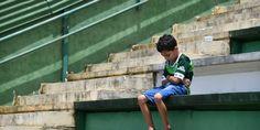 Garoto na arquibancada da Chapecoense, após a queda do avião do time. (Foto: Nelson Almeida/ AFP)