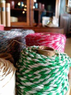 #mercadoloftstore #umseisum #porto #colour #contrast #string #stripe #classic #detail #cilinder #present #gift #brand #identity #store #shop #lojadedecoração