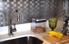 Cozinha   As pastilhas de alumínio da Jatobá estão disponíveis nos tamanhos 2,5 x 2,5 cm; 2,5 x 5 cm; e 5 x 5 cm. Elas podem ser coladas em paredes, madeira, gesso, cerâmica, vidro, plástico, papel e aço.   Foto: Expo Revestir 2015 - Site: Casa Abril