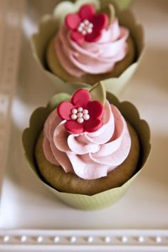 I love the flower decorations on this.  Looks like fondant and pearl sprinkles.  A reason to try the fondant recipe I have?