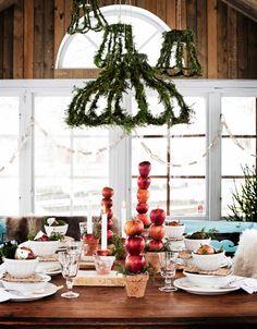 INSPIRERANDE JULDUKNING MED ENKLA MEDEL: Att blanda höga och låga arrangemang på bordet, ger en spännande dukning   Hus & Hem - via Bettina Holst