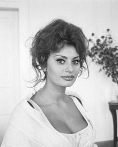 Sophia Loren = One of the most beautiful women in the world ! Sophia Loren Images, Sophia Loren Style, Italian Actress, Italian Beauty, Anthony Perkins, Marlene Dietrich, Marlon Brando, Brigitte Bardot, Classic Beauty