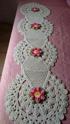 crochet lace tape tape lace as table runner - PIPicStatsResolvendo os squares que eu ja tenho.This Pin was discovered by MelCrochet Doilies And Mandalas Crochet Home, Crochet Motif, Crochet Designs, Crochet Doilies, Crochet Flowers, Crochet Stitches, Crochet Baby, Free Crochet, Knit Crochet