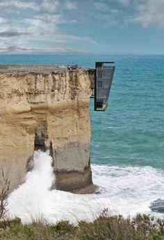 El sueño de una pareja de vivir en una emplazamiento extremo. Construcción metálica proyectada en un acantilado, sujeta en la roca mediante un sistema de acero y anclajes diseñados exclusivamente para este uso.