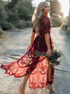 Vestido largo de color borgoña con cuello profundo con estampado de flores con capas con manga corta estilo informal