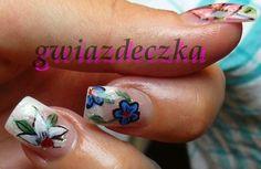 Paznokcie żelowe: kilka ćwiczeń wzorków kwiatków namalowanych farbkami akrylowymi