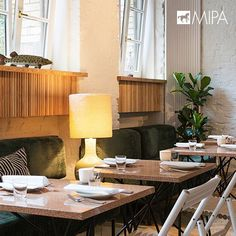 Nuevas formas de aplicación de #granillademármol de #mipadesign   Nora Witzigmann eligió los grandes formatos de la colección lisos para las mesas del Panama Restaurant & Bar de #Berlín.