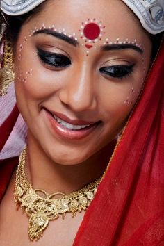 Indian wedding is an occasion where every one wants to look their best. But then, it's the Indian Brides day. Here are 25 beautiful Indian bridal makeup looks that will blow your mind. Wedding Makeup Tips, Bridal Makeup Looks, Bride Makeup, Bridal Looks, Eyeliner Designs, Makeup Designs, Indian Headpiece, Hena, Bengali Bridal Makeup