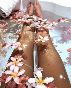 Transform Your Looks With This Advice. Women today place a very high value on beauty. A beautiful woman has it easier in life. People pamper her. Yennefer Of Vengerberg, Bath Photography, Face Roller, Dream Bath, Relaxing Bath, Belle Photo, Aesthetic Pictures, Pretty, Floral