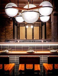 Sala de jantar, com detalhes espacial no teto em luminária.