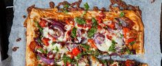 Topped with fresh tomatoes, gooey vegan mozzarella and nutty pesto, this vegetarian filo pastry pizza recipe is a firm summer favourite. Pizza Recipes, Vegetarian Recipes, Cooking Recipes, Tomato Tart Recipe, Baking Substitutions, Green Pesto, Vegan Mozzarella, Filo Pastry, Front Gardens