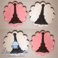 Cupcakes para festa Paris com a Torre Eiffel decorados com pérolas comestíveis!  Desenvolvemos projetos personalizados para tornar o sonho dos nossos clientes realidade! Cupcakes em Curitiba. #Cupcake #FestaParis #Paris #TorreEifell #CupcakeTorreEiffel #CupcakeParis #CupcakeCuritiba #Festa #FestaCuritiba #FestaInfantil #FestaTemática #CakeDesignerCuritiba #CakeDesigner #CWB #CWBFood #InstaFood #DocesPersonalizadosCuritiba #DoceModelado #DocesModeladosCuritiba #ConfeitariaArtística
